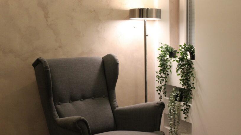 fotelja i lampa